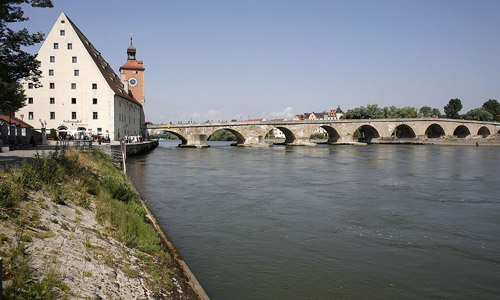 Steinerne Bruecke Salzstadel Stadt Regensburg Peter Ferstl