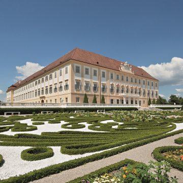 Hof Terrasse 3 Seitenblick Palace Garden Terrace 3 (c) Hertha Hurnaus